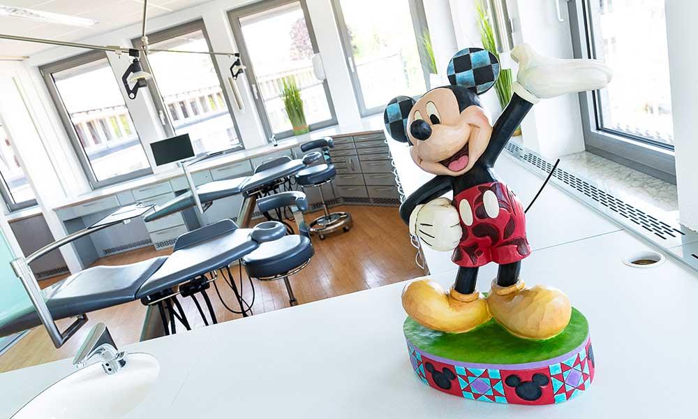 Mickey Mouse Figur steht in einer Praxis