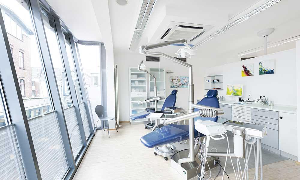 Heller Behandlungsraum beim Zahnarzt