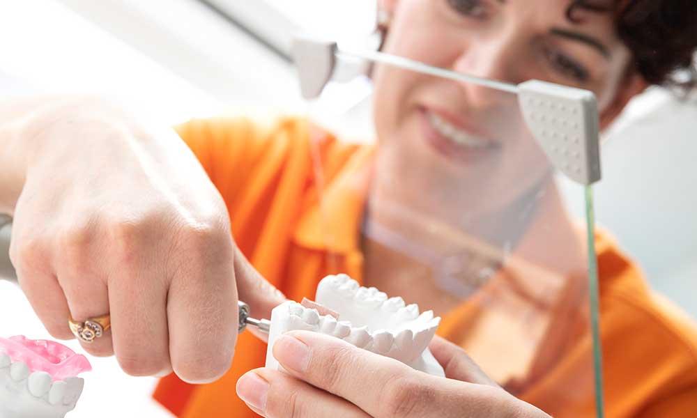 MTA schleift mit einem kleinen Gerät den Zahnabdruck für die Anfertigung der Zahnspange zurecht