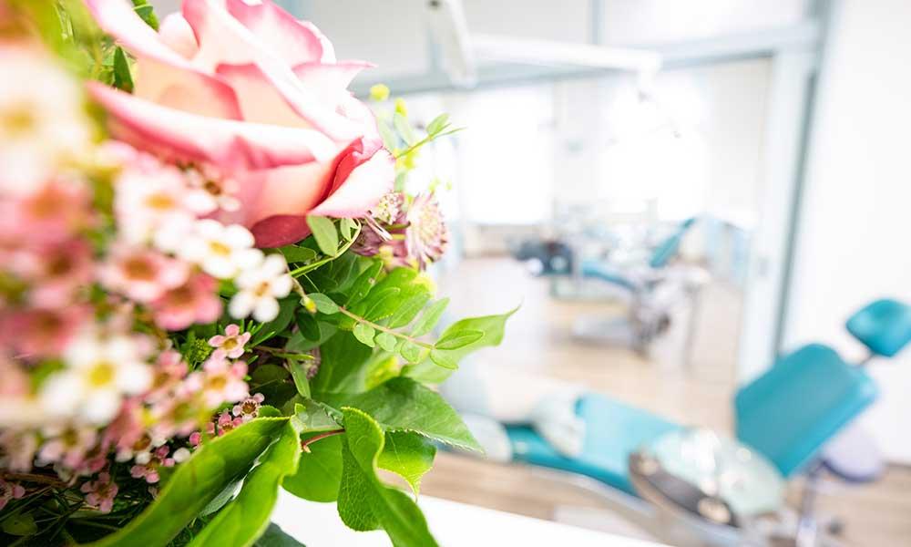 Blumenstrauß steht im Behandlungszimmer